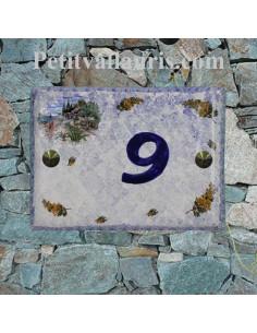 plaque de maison céramique décor cabanon et brins de mimosas fond bleu inscription personnalisée diagonale bleue
