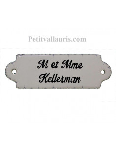 Plaque de porte de forme oblongue en faience blanche et frise bleue autour avec inscription personnalisée