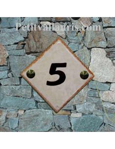 Numéro de maison en faience fond de couleur jaune pierre et chiffre personnalisé et bordure ocre