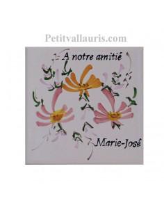 Motif artisanal sur Carreau décor fleuri orange et rose taille 10 x 10 cm