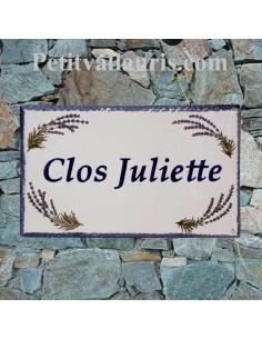 Plaque de Villa en céramique modèle rectangle décor brins de lavandes bord et inscription personnalisée bleue