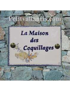 plaque de maison en céramique décor artisanal etoiles des mers et coquillages avec inscription personnalisée