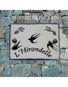 plaque de maison en céramique décor les hirondelles et brins de lavandes avec gravure personnalisée