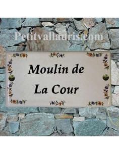 Grande plaque de maison rectangulaire 20x40 en céramique émaillée motif fleurs polychrome fond beige clair + personnalisation