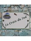 Plaque de villa rectangle en céramique décor cabanon champs de lavande + brins d'olives au + cigale relief + personnalisation