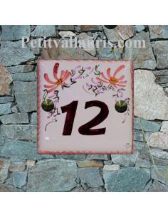 Numéro de rue ou de maison sur plaque en faience décor fleurs roses pose diagonale