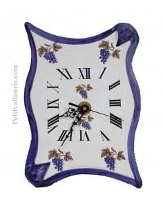 Horloge-pendule murale en faïence modèle parchemin pose verticale décor grappes de raisin