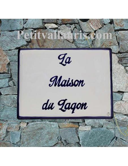 plaque de signalisation céramique bord bleu inscription personnalisée bleue