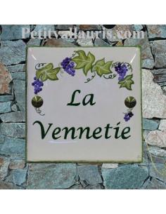 Grande plaque de maison en céramique modèle carrée motif artisanal treille grappe de raisin texte personnalisé