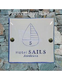 Grande plaque en céramique modèle carrée avec logol Hotel Sails et kit de fixation