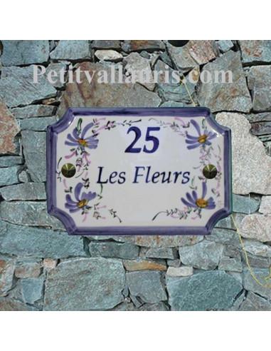 Plaque de Maison en céramique aux angles incurvés motif artisanal fleurs bleues + inscription personnalisée bleue