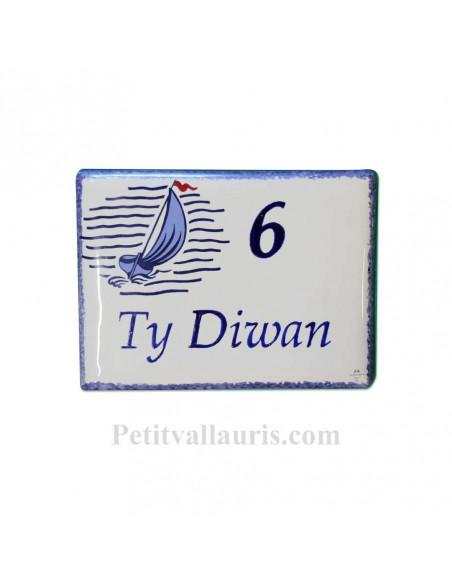 plaque pour maison céramique décor voilier stylisé bord et inscription personnalisée bleue