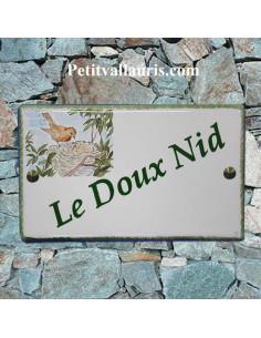Plaque en céramique émaillée forme rectangle décor artisanal nid avec oisillons avec inscription personnalisée