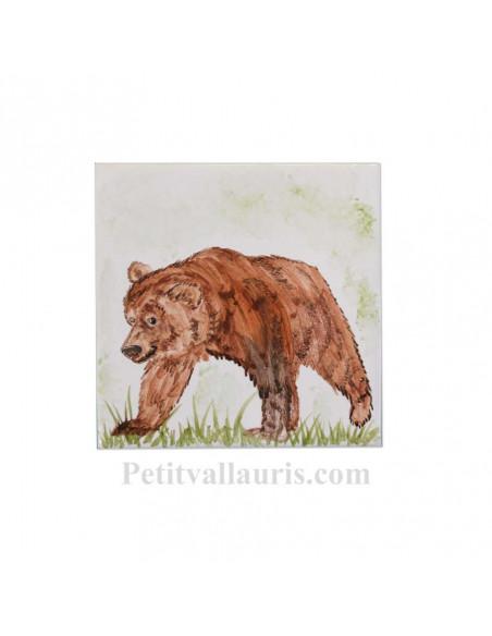 Carreau mural en faience blanche avec motif artisanal l'ours brun