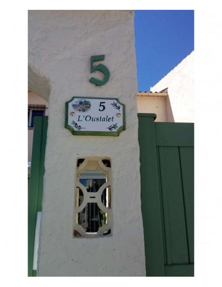 Plaque de Maison en céramique aux angles incurvés motif décor cabanon et brins d'olivier inscription personnalisée et bord vert