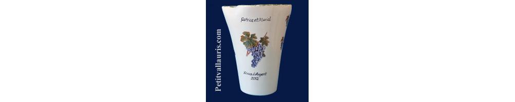 Vase en faience et céramique au décor grappes de rasin et olives noires