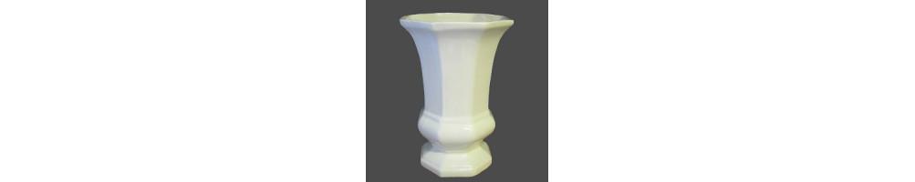 Vases à fleurs en faience et céramique blanche produits par le petit vallauris