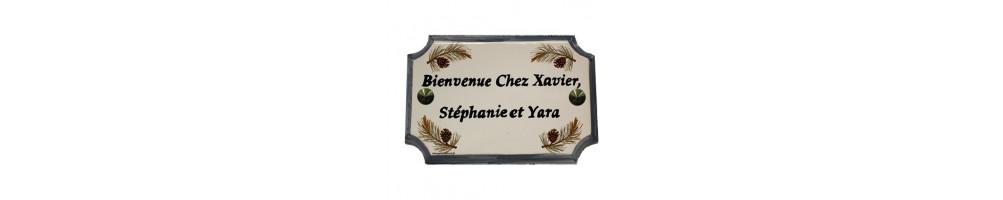Plaque de maison aux angles incurvés de taille 14 x 21 cm en céramique et faience avec gravure et décor personnalisés