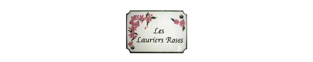 Plaque de maison aux angles incurvés de taille 31 x 22 cm en céramique et faience avec gravure et décor personnalisés