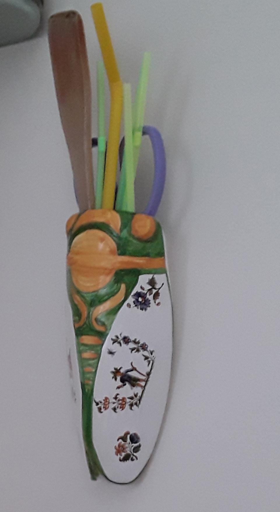 cigale en c�ramique accrochée au mur